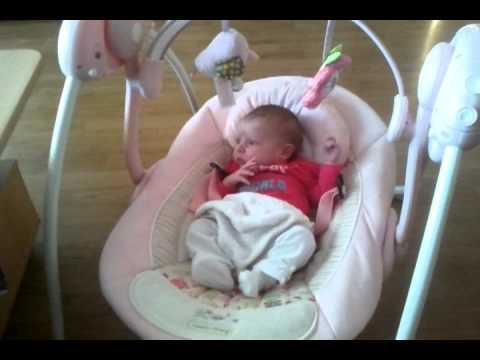 Automatische Schommel Baby.Amy In Haar Nieuwe Automatische Schommel