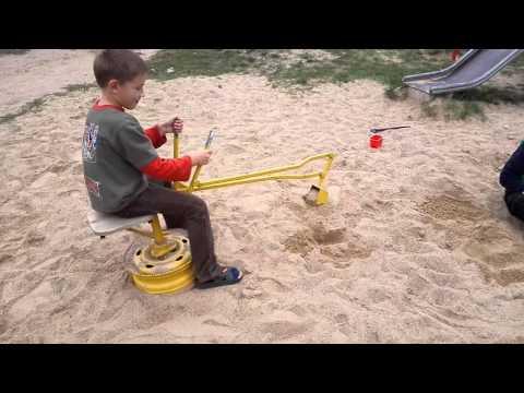 Детский экскаватор в песочницу