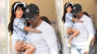 Akshay Kumar's CUTE Daughter Nitara Making FUNNY Faces To Media