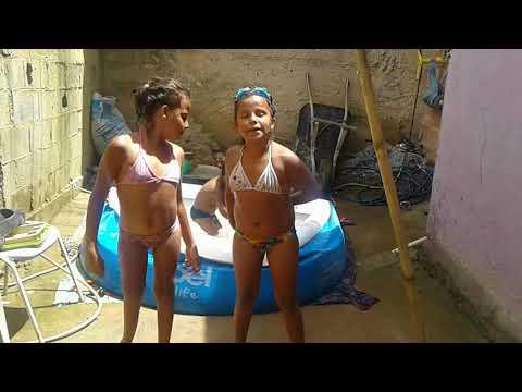 Brincando na piscina com minha irmã