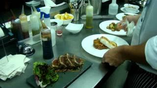 Montagem de pratos e funcionamento da cozinha.
