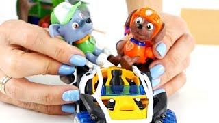 i cuccioli di Paw Patrol costruiscono una macchina! Video divertenti per bambini