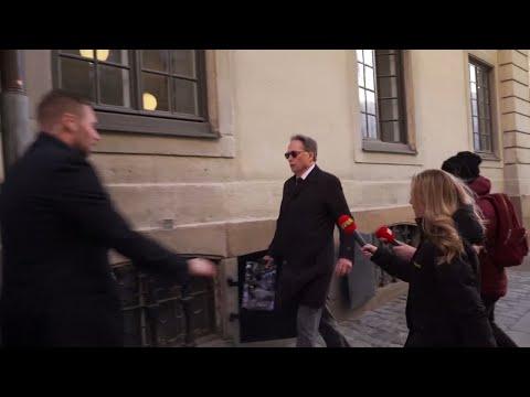 Här föser Horace Engdahl undan reportrarna - Nyheterna (TV4)