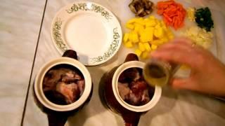 Картофель в горшочке с мясом и грибами.