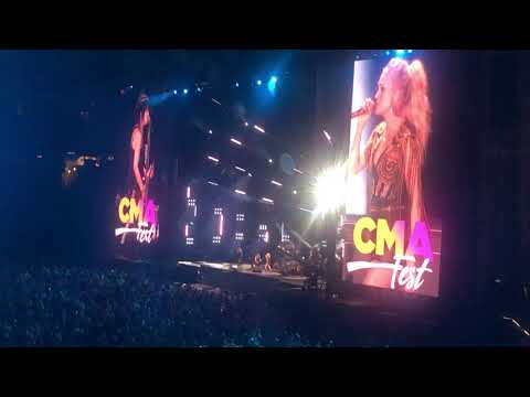 Don Stuck - Carrie Underwood Pulls Joan Jett On Stage - Real Rocking!