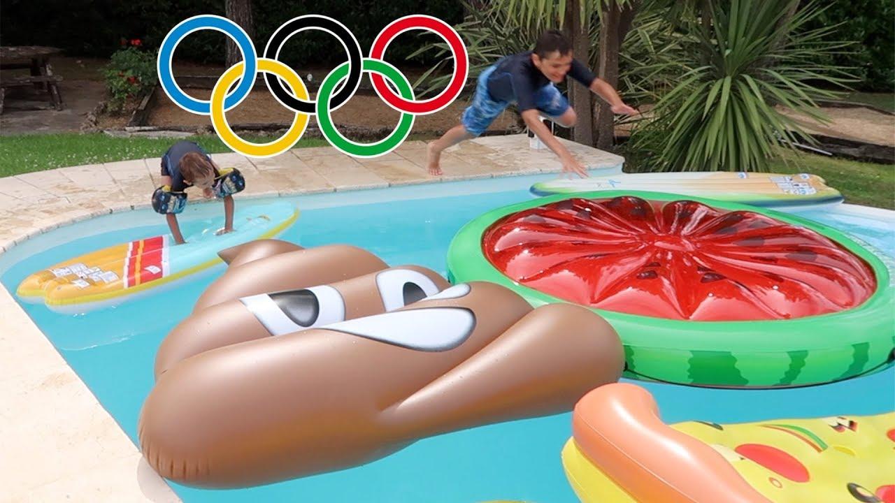 Challenge course d 39 obstacles sur des gonflables dans la for Swan et neo piscine