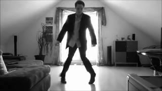 Итальянец в шляпе круто танцует