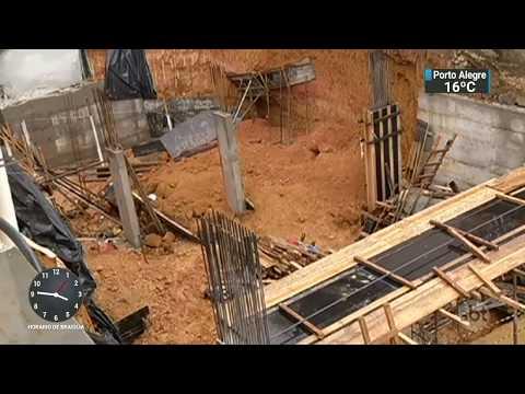 Deslizamento de terra em obra de condomínio mata dois operários | SBT Notícias (04/10/17)