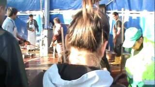 Repeat youtube video Kurban Kesilirken 2011  Genç bayan cep telefonuna kayıt yapıyor. Kesimi