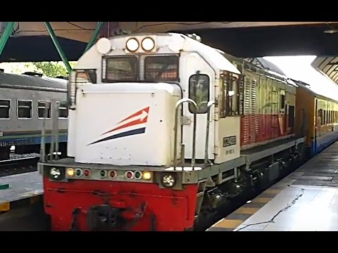 Kereta Api Gaya Baru Malam Masuk Stasiun Gubeng Surabaya