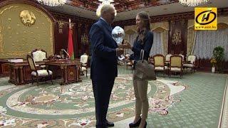 Дарья Домрачева подарила Александру Лукашенко копию Большого Хрустального глобуса