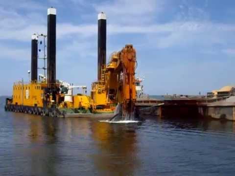 The dredger MP 40 works