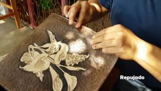 Repujado en piel.  Artesanía mexicana del Edo. de Guerrero