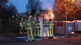 Brandweer blust brandje in kledingcontainer in Zwolle (Beeld: Jorrit Winters)