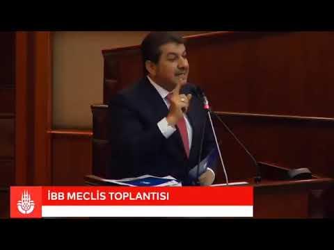 M. Tevfik Göksu İBB Meclisi'nde kürsüden, CHPlileri tokalıyor.
