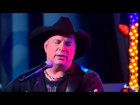 Garth Brooks Performs 'Mom' Live on GMA