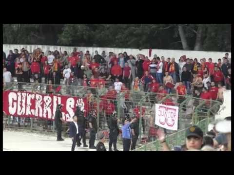 Ora News - Video e dhunë në ndeshjen Flamurtari-Partizani, Përplasen me stola e gurë
