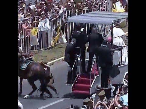 Le pape stoppe la papamobile pour une policière tombée de cheval