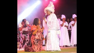 Baba Sala daughter knelt down to welcome Bola Are on stage to pray for her at her Dad tribute