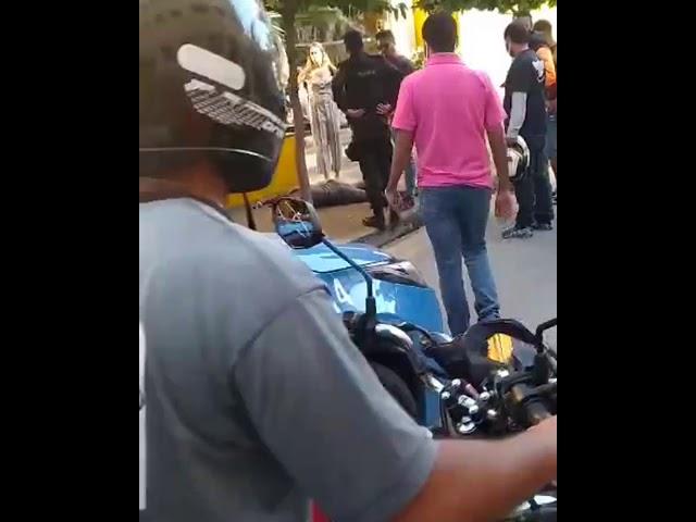 Homem é dominado por populares ao tentar roubar o celular de uma mulher na Vila Santa Cecília