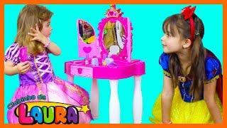LAURINHA BRINCANDO NA PENTEADEIRA DAS PRINCESAS - PRETEND PLAY WITH PINK PRINCESS MAKEUP GIRLS TOY