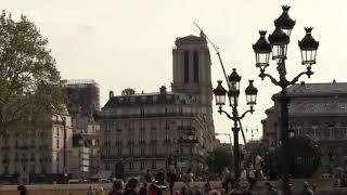 Парижане выражают благодарность спасителям Нотр-Дама