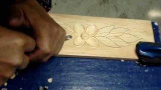 tallando flor en madera