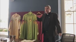 Gambar cover VIDEO: First look at what Pope Francis will be wearing during his Irish visit