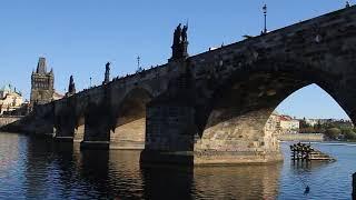 Проплывая под Карловым мостом, Прага