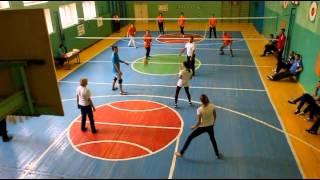Учителя лицея играют в волейбол
