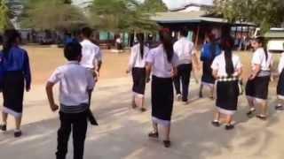 Repeat youtube video นักเรียนลาวเต้นต้อนรับ น่าฮัก^^