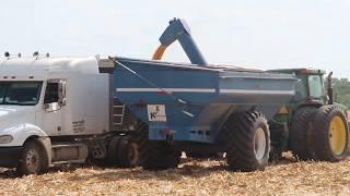 Żniwa kukurydziane w USA 2018: John Deere S670, John Deere 8210 + przyczepa przeładowawcza KINZE