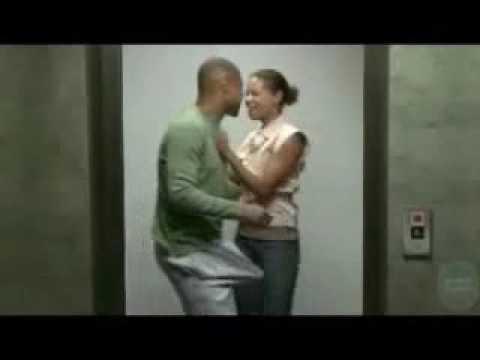 tizio si ficca il c**** nella porta dell'ascensore