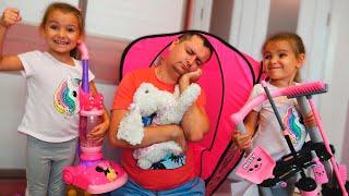 Папа хочет спать Девочки мешают папе спать своими игрушками