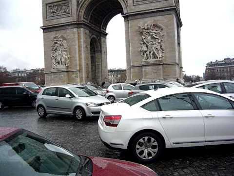 Traffic sur Place de l'étoile - Arc de Triomphe, Paris, France