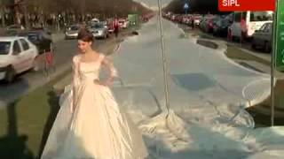 3000m wedding dress train sets Guinness world record in Romania(, 2012-07-19T15:51:45.000Z)