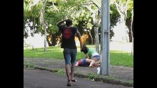 ASSUSTANDO AS PESSOAS COM UMA COBRA (desmaiou?) PEGADINHA