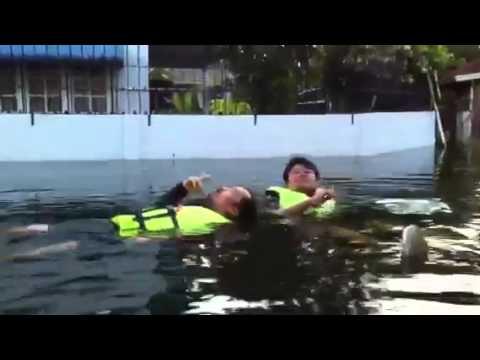 ผู้ชายลั่นล่า เล่นน้ำในซอย-1 2011-11-012 of 4.MOV