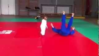 """Garotinha """"lutando"""" jiu jitsu com o pai"""