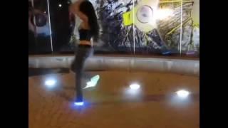 круто танцует девчонка