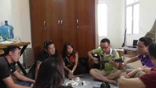 TIẾNG GỌI (Bức Tường) - Trà Hiếu ôm guitar hát tại gia với anh em phòng Truyền thông
