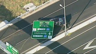شاهد: لوحة مرورية في طريق سريعة تقع على سيارة فتحطمها