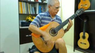 Professor Juarez Carvalho experimenta violão Paulo Marcos