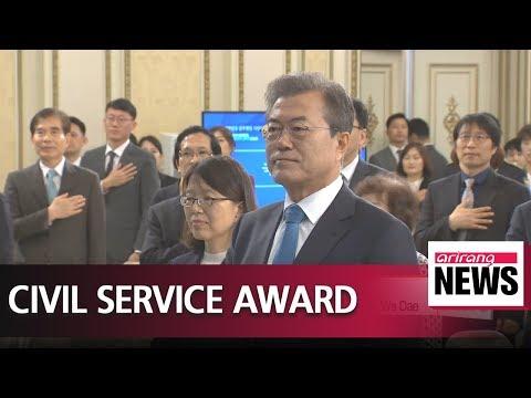 President Moon awards 80 outstanding civil servants at Cheong Wa Dae