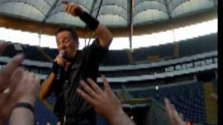 Bruce Springsteen sings Hungry Heart live in Frankfurt / Germany,July 03.2009