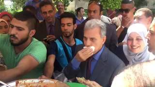 بالفيديو - جابر نصار يأكل على ''عربة فول'' أمام كلية الإعلام بجامعة القاهرة