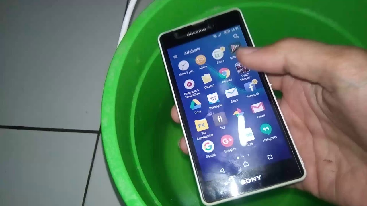 Tes Ketahanan Sony Xperia ZR Docomo di Dalam Air