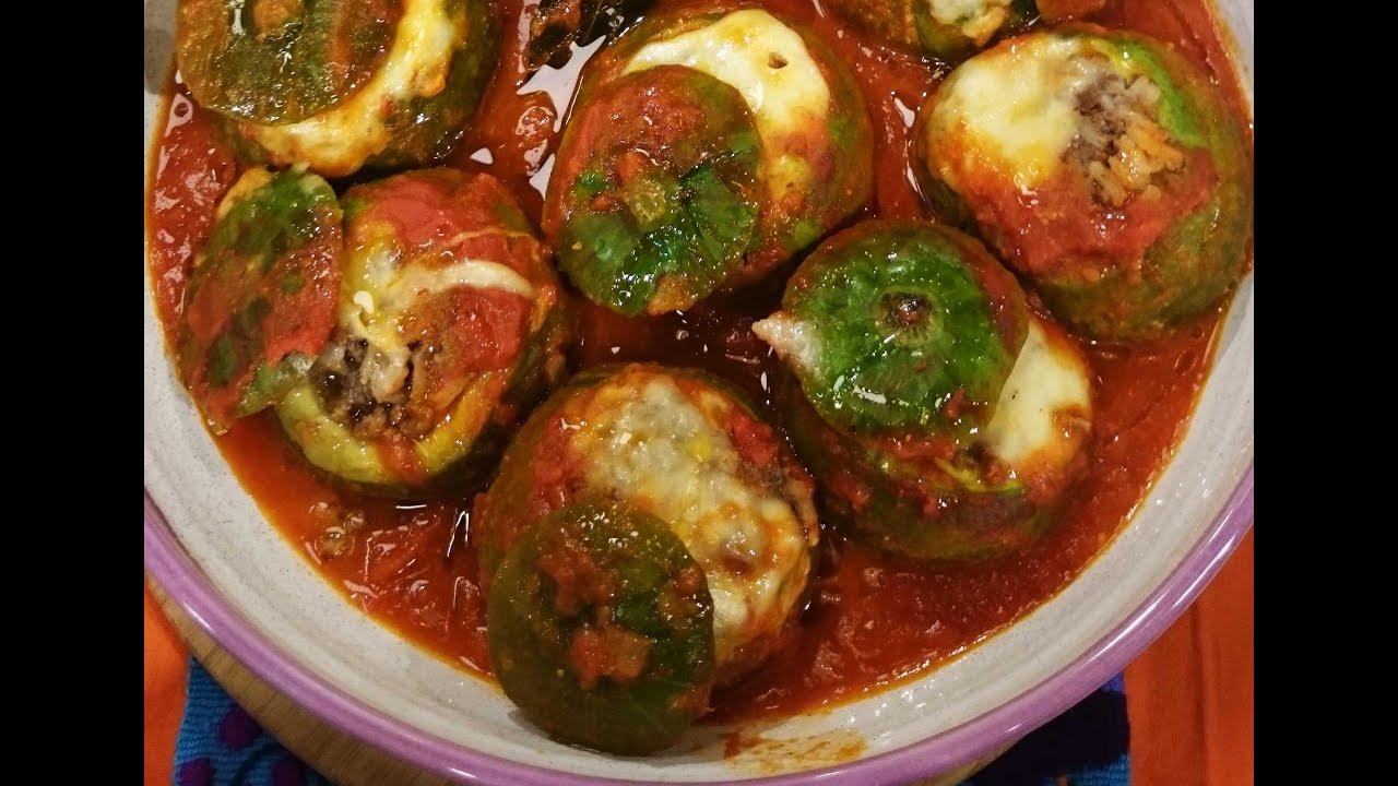 Zapallitos rellenos de carne con salsa de tomate