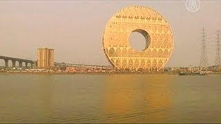 Здание-монета построено в Китае (новости)(http://www.ntdtv.ru Здание-монета построено в Китае. В Гуанчжоу достроили спорное здание. Архитекторы уверяют, что..., 2013-12-30T12:30:25.000Z)