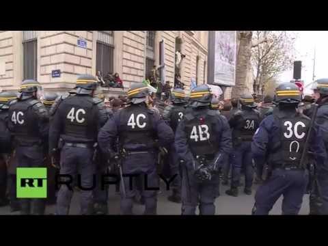 Manifestations et affrontements sur la place de République à Paris en amont de la COP21